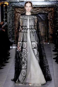 Nesta coleção da Valentino Spring 2013 de alta costura, é possivel verificar uma influência da houppelande, que foi uma das peças com maior destaque do vestuario feminino e masculino, surguindo na baixa idade média