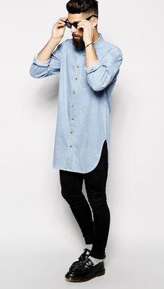 мужчина в черных джинсах и голубой рубашке