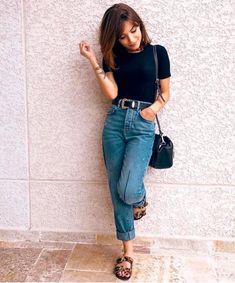 Look com calça mom jeans Look com calça mom jeans Look com calça mom jeans tshirt preta e rasteirinha. The post Look com calça mom jeans appeared first on New Ideas. Casual Wear Women, Casual Outfits, Fashion Outfits, Casual Jeans, Swag Fashion, Dope Fashion, Dress Casual, Simple Outfits, Woman Fashion