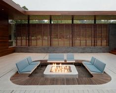 terrasse extérieure avec un coin de détente canapé et foyer