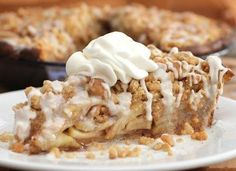 Cinnamon Roll Dutch Apple Pie --- gonna have to try to get my hands on pillbury''s cinnamon rolls here in the Netherlands.