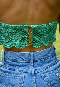 Detalhe das costas do cropped de crochet Turquesa | Mariana Mazzaro