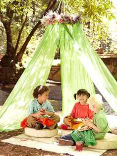 The kids ate under a sweet and simple tent made from curtain panels (strips of fabric work well too). We suspended it from a branch, making the perfect dining room for Anya's outdoor party. Diy Party Tent, Outdoor Tent Party, Diy Tent, Outdoor Play, Outdoor Forts, Fete Audrey, Kids Tents, Play Tents, Murphy Bed Plans
