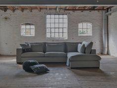 Hoekbank Annabelle M van Room 108. Grote comfortabele hoekbank in landelijke stijl. Hoekbank met lendenkussens, brede leuningen en grote zitkussens.