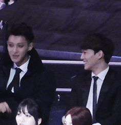 i found this moment so cute Chen Tao>> waa such cuties!! Tao singing and chen touching his chin with affection!!