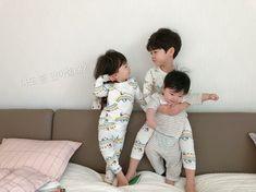 ♡Save = follow♡ //kim yoon rei Cute Asian Babies, Korean Babies, Asian Kids, Cute Little Baby, Little Babies, Cute Baby Pictures, Baby Photos, Dad Baby, Baby Kids