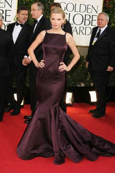 Taylor Swift in Donna Karan Atelier on the Golden Globes 2013 red carpet. Taylor Swift Outfits, Taylor Swift Moda, Taylor Swift Style, Backless Mermaid Prom Dresses, Lace Dresses, Short Dresses, Donna Karan, Marie Claire, Glamorous Dresses