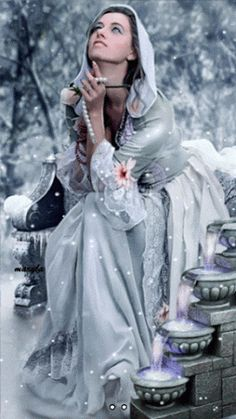 Анимация Девушка сидит в белых одеждах под снегопадом и держит в реке жемчужные бусы