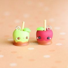 💕 Here are a pair of kawaii toffee apple charms I made for the Halloween theme over on 🍏🍎🍯 Hope you like… It's Rachel from and for this week's Halloween theme I made these two toffee apples!Candy apples, look so yummy and cute. Polymer Clay Kunst, Polymer Clay Figures, Polymer Clay Miniatures, Fimo Clay, Polymer Clay Projects, Polymer Clay Charms, Polymer Clay Creations, Clay Crafts, Polymer Clay Halloween