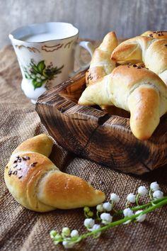 Bleskové rohlíky – PEKÁRNOMÁNIE Russian Recipes, Bread Baking, Hamburger, Food, Cooking Ideas, Polish, Baking, Meal, Varnishes