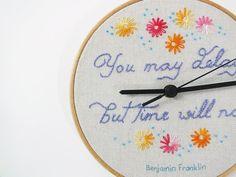 Orologio da parete, Ricamo cerchio colori pastello orologio, orologio ricamato tessuto con citazione stimolante e fiori, Benjamin Franklin lilla lavanda