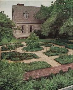 Colonial garden Layout - 46 Best Inspiring Farmhouse Front Yard Decor and Design Ideas Potager Garden, Veg Garden, Garden Landscaping, Vegetable Gardening, Veggie Gardens, Garden Trellis, Garden Path, Shade Garden, Landscaping Ideas