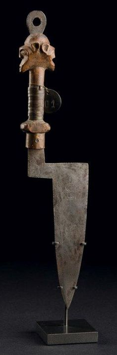 RARE COUTEAU RITUEL JANIFORME Songye, Republique Démocratique du Congo Ramené avant 1930 H_23 cm Provenance: Collection Alex von Opstal