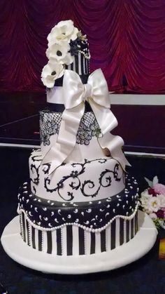 Love the lace part Food Pics, Food Pictures, Wedding Things, Dream Wedding, Black And White Wedding Cake, Cupcake Cakes, Cupcakes, African American Weddings, Couture Cakes