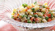 Salada de batata, cenoura, vagem e ervilha com Iogurte NESTLÉ Grego, mostarda, azeitonas e cebola roxa