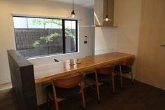 キッチン側の床を下げて、カウンター側に座る人と目線があうように設計しました。 Conference Room, Table, Furniture, Home Decor, Decoration Home, Room Decor, Tables, Home Furnishings, Home Interior Design