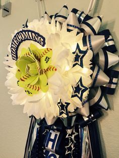 Proposal Ideas football Homecoming mum with a handmade softball flower centerpiece and LED lights. Homecoming mum with a handmade softball flower centerpiece and LED lights. Homecoming Mums Senior, Homecoming Flowers, Football Homecoming, Homecoming Garter, Homecoming Spirit, Homecoming Proposal, Homecoming Ideas, Homecoming Dresses, Custom Ribbon