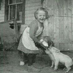 VINTAGE: Happy little farm girl feeding bottles to her little piglets. VINTAGE: Happy little farm girl feeding bottles to her little piglets. Antique Photos, Vintage Pictures, Vintage Photographs, Old Pictures, Vintage Images, Old Photos, Vintage Illustration, Fotografia Social, Foto Fun