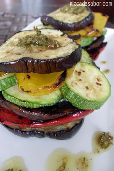 Torre de vegetales a la parrilla con chimichurri Veggie Snacks, Chimichurri, Fruits And Veggies, Salmon Burgers, Vegetarian Recipes, Veggie Recipes, Dessert Recipes, Snack Recipes, Healthy Recipes
