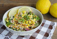 L'insalatona con tonno e mais al limone è un contorno freddo e veloce che può essere consumato anche come piatto unico se servito con crostini o formaggi.