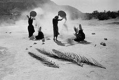Nikos Economopoulos. YEMEN. Hadhramawt Valley. Women screening wheat.
