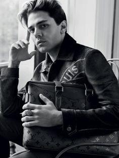 Les mains de Xavier Dolan dans la campagne Louis Vuitton