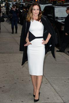 Es muss nicht immer Dior sein unter jungen Schauspielerinnen, die ernst genommen werden wollen: Emily Blunt kommt zum Talkshow-Termin mit David Letterman in David Koma.
