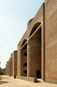 Indian Institute of Management, Ahmedabad, Gujarat - Louis Kahn Brick Architecture, Islamic Architecture, School Architecture, Contemporary Architecture, Architecture Details, Louis Kahn, Brick Masonry, Brick Facade, Unusual Buildings