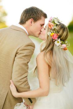 華やかカラーの花冠の下からベールを付けて♪ ウェディングドレスに合う春らしい髪型一覧。ウェディングドレス・カラードレス・花嫁衣装に合うヘアアレンジまとめ。
