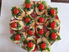 Mariehønemadder  Virkelig kreativ måde at få sund mad, til at se sjov og lækker ud. Billedet er fra sitet Selvet.dk, hvor man ikke kun skal spise med munden - men også med øjnene. Hvis du også har fået lyst til at lave Mariehønemadder, så gøres det sådan her:    Cherrytomater og sorte oliven kan blive de skønneste mariehøns. Bunden er et stykke baguette, smøreost, røget laks og et stykke persille. Brug en tandstik og put sort peber i tomaten, og put noget smøreost på oliven som øjne…