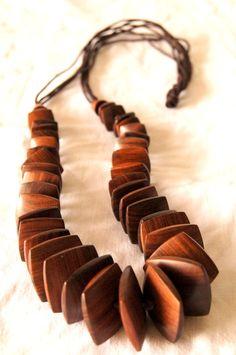 Colar feito artesanalmente em madeira.Tamanhos e cores personalizadas.
