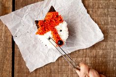 How to Make Cute Fox Cupcakes wit a How to Video Birthday Sheet Cakes, Birthday Cupcakes, Birthday Parties, Animal Cupcakes, Love Cupcakes, Fox Cake, Cupcake Videos, Buttercream Cupcakes, Cute Fox