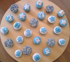 Love this! Ipv beschuit met muisjes, mini cupcakejes met muisjes!