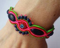 Soutache pulsera hecha a mano, reciclado, mano bordada, trenza, perlas, rosa, verde, rojo