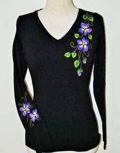 Embroidery tshirt ideas fabrics 38 ideas for 2019 Kurti Embroidery Design, Shirt Embroidery, Embroidery Fashion, Hand Embroidery Designs, Fabric Painting On Clothes, Fabric Paint Shirt, Painted Clothes, Fabric Paint Designs, Fancy Tops