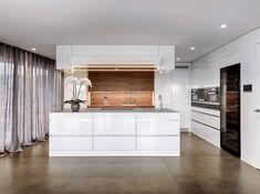 Edel in Weiss - Echte Schweizer Küche  Grosszügige Dimensionen und sorgfältig ausgesuchte Materialien zeichnen diese Wohnküche aus. Weisse Hochglanzfronten lassen die Hochschränke und die grosse Kochinsel leicht wirken. Eine mit Nussbaum gestaltete Nische setzt einen eleganten und warmen Kontrast.  #küchenbau #küche #küchenidee #küchenplanung #küchendesign #küchenbau #küchentrends #küchentrend #weisseküche #brunnerküchen #bautrends Küchen Design, Alcove, Swiss Guard, Draw