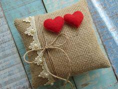 Almofada porta alianças confeccionada em juta, decorada com renda e corações caseados a mão de feltro.