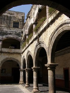 """Monasterio de la Asuncion de Maria. Uno de los innumerables y enormes monasterios """"estilo fortaleza"""" construido a principios del siglo XVI.   Cuernavaca, MEXICO.  (by Peter Musolino, via Flickr)"""