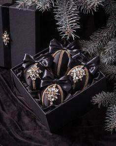Black Christmas Tree Decorations, Black Christmas Trees, Pink Christmas, Valentine Decorations, Christmas Balls, Christmas Crafts, Christmas Ornaments, Xmas, Christmas Themes