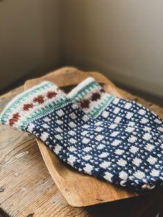 Norwegian knitting design. #knitting #knittingideas #knittingaddict #strikk #strikkeinspo #ullergull #ullvotter #norwegiandesign #madeinnorway Slippers, Knitting, Fashion, Moda, Tricot, Fashion Styles, Breien, Slipper, Stricken