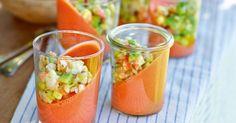 Dieser Tomatenpudding ist auch optisch eine Augenweide, weil er schräg in den Kühlschrank gestellt wird und dort so im Glas geliert.
