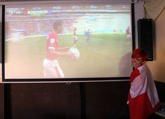 Schweiz Fanbotschafterin Simone hatte wohl schon beim Stande von 0:0 so eine Vorahnung, dass das Spiel ein gutes Ende für die Nati nehmen würde.
