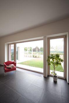 Villa in provincia di Mantova con finestre I30 in legno di ALPI Fenster