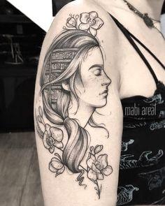 Tatuagem feita por Mabi Areal do Rio de Janeiro.    Cabeça de mulher com biblioteca cheia de livros no lugar da mente.