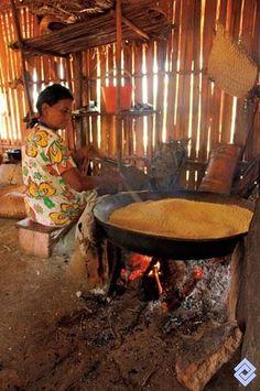 Las comunidades aisladas de la Amazonia y la Orinoquia colombianas se pueden beneficiar de la fuerza del agua en los raudales, Mujer cocinando la yuca brava.