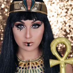 Cleopatra makeup for Halloween .Cleopatra makeup for Halloween .Cleopatra makeup for Halloween . Cleopatra Halloween, Cleopatra Costume, Egyptian Costume, Mummy Makeup, Costume Makeup, Black Eye Makeup, Eye Makeup Art, Halloween Looks, Costume Halloween