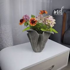 Cool cement ideas you can make at home. 🍁 By: MetDaan Originals crafts cement Diy Crafts For Home Decor, Diy Crafts Hacks, Diy Arts And Crafts, Diy Cement Planters, Cement Flower Pots, Concrete Crafts, Concrete Garden, Cement Art, Cement Design