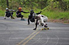 Feras do skate Downhill encaram ladeira em Águas