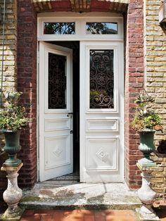 Doble hoja blanca y marco de ladrillo Porta Colonial, Porch Entry, Common Area, Home Look, Door Design, Entrance Doors, Sweet Home, New Homes, Patio