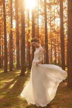 フィットした身頃に七分袖、やわらかに翻るオーガンジーのスカート。ボートネックの襟元から大きく開いた背中、トップスに豊かに施された装飾がポイント。パールや竹ビーズ、ビーズ刺繍と共にオーガンジーの花モチーフが縫い付けられ、ロマンチックなドレスに仕上がっています。